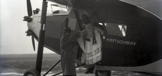 5-december-Sinterklaas-uit-vliegtuig